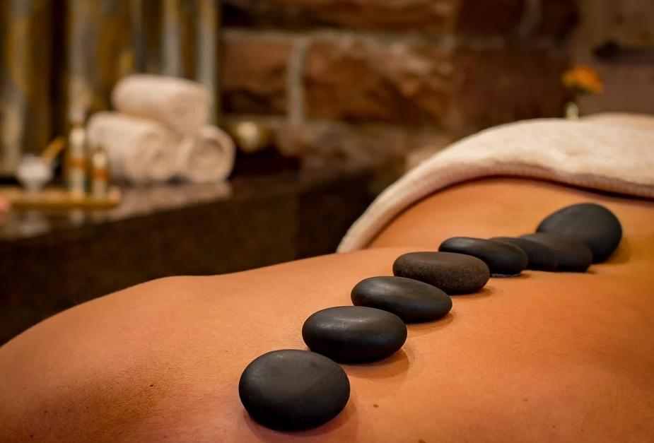masaje con piedras volcanicas